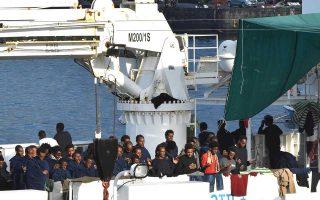 Δίπλα στο ευρωπαϊκό έδαφος, αλλά τόσο μακριά από αυτό. Πρόσφυγες και μετανάστες στο σκάφος της ιταλικής ακτοφυλακής «Diciotti».