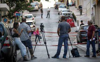 Προκλήθηκαν εκτεταμένες φθορές στην είσοδο του ακινήτου, σε διπλανά κτίρια και σε αυτοκίνητα.