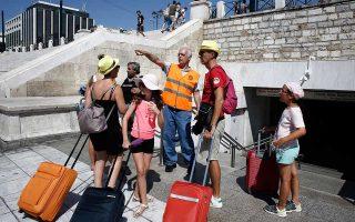Οι τουρίστες βίωσαν μια πόλη σε συνθήκες χάους χθες το μεσημέρι και το απόγευμα εξαιτίας της διακοπής ρεύματος στην Αττική. Τα φανάρια δεν λειτουργούσαν και δημιουργήθηκε κομφούζιο στις κεντρικές αρτηρίες. Η γραμμή 2 του μετρό έμεινε εκτός λειτουργίας από τις 2.10 έως τις 5.20 μ.μ. στο τμήμα Πανεπιστήμιο - Ελληνικό. Εστιατόρια, καταστήματα, ξενοδοχεία αδυνατούσαν να εξυπηρετήσουν πελάτες.