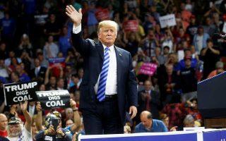 Την πιο μελανή ημέρα της προεδρίας του Ντόναλντ Τραμπ (εδώ σε ομιλία του την Τρίτη στη Δυτ. Βιρτζίνια) σηματοδοτεί το διπλό χτύπημα που δέχθηκε.