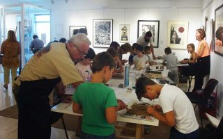 Στα εργαστήρια χαρακτικής που διοργανώθηκαν συμμετείχαν περισσότερα από 50 παιδιά με μεγάλο ενθουσιασμό.