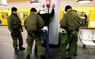 Γερμανοί αστυνομικοί πραγματοποιούν έλεγχο σε επιβάτη στον σταθμό του υπόγειου σιδηροδρόμου «Νάουενερ Πλατς» του Βερολίνου.