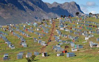 Παράνομες καλύβες σε γη που ανήκει στη φάρμα Λουίζενχοφ, στη Νότια Αφρική. Οι ανισότητες στην ιδιοκτησία γης είναι τεράστιες.
