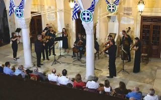 O σολίστ Πάμπλο Φεράντεζ και η Ευγενία (Τζένη) Σοφιανού στη δεξίωση μετά τη συναυλία. Η φιλόξενη αυλή της Μητρόπολης Υδρας με τους μουσικούς υπό τη διεύθυνση του Γιάννη Γεωργιάδη.