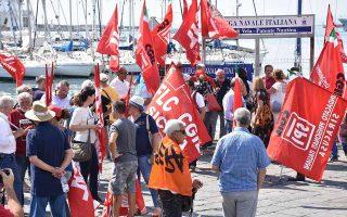 Διαδήλωση αλληλεγγύης προς τους πρόσφυγες του «Diciotti» στο λιμάνι της Κατάνιας. Οι περισσότεροι ξεκίνησαν χθες απεργία πείνας.