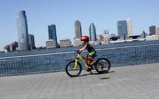 Τις χαρές της ποδηλασίας, με κατάλληλο εξοπλισμό ασφαλείας, απολαμβάνει ο μπόμπιρας αυτός στη Νέα Υόρκη.