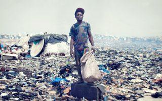 «Port-au-Prince». Στιγμιότυπο από το βίντεο του εικαστικού καλλιτέχνη Ντρις Βερχούφεν. Ο συγγραφέας προτείνει –κόντρα στο ρεύμα της εποχής– μεταξύ άλλων: ενίσχυση των ευπαθών ομάδων μέσω προοδευτικής φορολογίας, βελτίωση της ποιότητας ζωής, υψηλό επίπεδο εκπαίδευσης, διαμόρφωση ευκαιριών για απασχόληση, θέσπιση κατώτατου μισθού, διασφάλιση ικανοποιητικής λειτουργίας των υπηρεσιών υγείας και κοινωνικής ασφάλισης κ.ά.