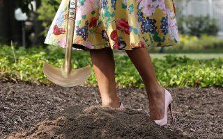 Κηπουρός με ψηλοτάκουνα. Με τις πανύψηλες γόβες της που σπανίως αποχωρίζεται η πρώτη κυρία Melania Trump βρέθηκε σε εκδήλωση φύτευσης δένδρου στον Λευκό Οίκο. REUTERS/Chris Wattie