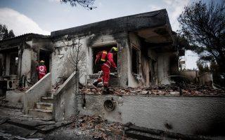 Ομάδες διασωστών ερευνούν τα καμένα σπίτια στο Μάτι. Το ψυχικό κόστος για τους πυροσβέστες και τους διασώστες, οι οποίοι συμπράττουν στην αντιμετώπιση μεγάλων καταστροφών, είναι τεράστιο.