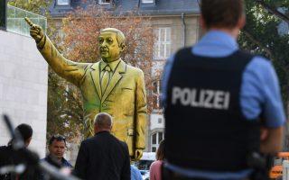 Ενα χρυσό άγαλμα που αναπαριστά τον Τούρκο πρόεδρο Ρετζέπ Ταγίπ Ερντογάν στήθηκε στο κέντρο της γερμανικής πόλης Βισμπάντεν, όπου διοργανώνεται μπιενάλε τέχνης με σύνθημα «Ασχημα νέα». Η στάση του αγάλματος, που έχει ανασηκωμένο το δεξί χέρι, θυμίζει αντίστοιχη του Ιρακινού ηγέτη Σαντάμ Χουσεΐν. Οι Αρχές του Βισμπάντεν ενέκριναν την τοποθέτηση του αγάλματος, χωρίς ωστόσο να γνωρίζουν ότι ο άνδρας που αναπαρίστατο ήταν ο Ερντογάν.