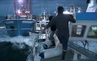 Με επικίνδυνους ελιγμούς και εγκλωβισμούς μικρών βρετανικών αλιευτικών ανάμεσα σε μεγάλες γαλλικές τράτες προσπάθησαν Γάλλοι ψαράδες να απομακρύνουν Βρετανούς συναδέλφους τους από προσοδοφόρο κοίτασμα οστράκων Σεν Ζακ (γνωστά ως «χτένια») στα διεθνή ύδατα ανοικτά της Νορμανδίας στη Μάγχη, με τον ακήρυκτο αυτό πόλεμο να διαρκεί 15 χρόνια.
