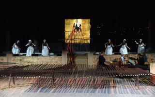 Καθώς είδα την παράσταση στο παλαιό ελαιουργείο της Ελευσίνας, ήταν αναπόφευκτη η σύγκριση του σκηνικού του Βασίλη Μαντζούκη (φωτ.) με την εκπληκτική εγκατάσταση του αείμνηστου Γιάννη Κουνέλλη για τον «Προμηθέα Δεσμώτη» του Θόδωρου Τερζόπουλου το 2010.