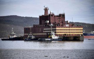 Στο Μουρμάνσκ, στη βορειοδυτική Ρωσία, ελλιμενίζεται το πλοίο «Akademik Lomonosov». Το 2019 αναμένεται να ξεκινήσει για την πρώτη του αποστολή: να παρέχει ηλεκτρική ενέργεια στο μακρινό λιμάνι Πεβέκ. Διαθέτει δύο πυρηνικούς αντιδραστήρες που αποτελούν σμίκρυνση του αντιδραστήρα που χρησιμοποιείται στα ρωσικά πυρηνικά υποβρύχια.