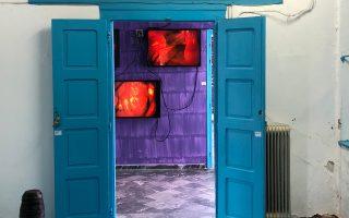 Στο βάθος μιας αίθουσας του Σαχτούρειου Γυμνασίου, τα 4 lightboxes από την εγκατάσταση της Kiki Smith.