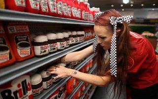 Σούπερ μάρκετ. Τα φτιαγμένα στο χέρι προϊόντα της τακτοποιεί στα ράφια η Αγγλίδα  καλλιτέχνις Lucy Sparrow, με αφορμή την έκθεσή της στο Λος Αντζελες. REUTERS/Lucy Nicholson