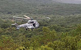 Ελικόπτερο πετά πάνω από το σημείο που συνετρίβη εκπαιδευτικό σκάφος Τ-2 της Πολεμικής Αεροπορίας,ανάμεσα στην Σπάρτη και στην Καλαμάτα, στο χωριό Κολλίνες.