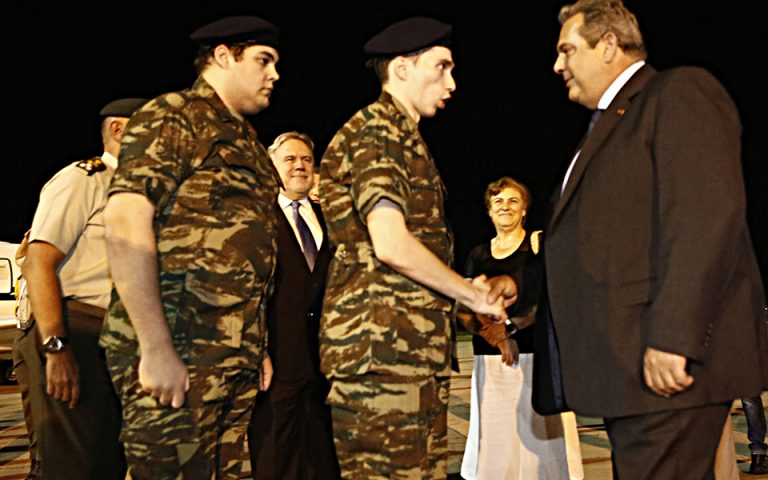 Ο υπουργός Εθνικής Άμυνας Παναγιώτης Καμμένος και συγγενείς υποδέχονται τους δύο Έλληνες στρατιωτικούς, υπολοχαγό Άγγελο Μητρετώδη  και λοχία Δημήτριο Κούκλατζη, την Τετάρτη 15 Αυγούστου 2018, στο αεροδρόμιο Θεσσαλονίκης. Τους δύο στρατιωτικούς παρέλαβαν από την Τουρκία ο όπου με το πρωθυπουργικό αεροσκάφος μεταφέρθηκαν στη Θεσσαλονίκη μετά τη χωρίς περιοριστικούς όρους απελευθέρωσή τους από τις φυλακές της Αδριανούπολης, όπου κρατούνταν από τον περασμένο Μάρτιο, καθώς είχαν συλληφθεί σε απαγορευμένη στρατιωτική περιοχή στις Καστανιές του Έβρου. Το δικαστήριο που εξέτασε το αίτημα για την αποφυλάκισή τους, παραμονή Δεκαπενταύγουστου απεφάνθη ότι δεν συντρέχουν λόγοι να παραμείνουν προφυλακιστέοι. Οι δύο Έλληνες στρατιωτικοί, στελέχη της 3ης Μηχανοκίνητης Ορεινής Ταξιαρχίας «Ρίμινι» είχαν συληφθεί από τους «Αετούς των Συνόρων», μονάδα που υπάγεται στην 54η Μηχανοκίνητη Ταξιαρχία του τουρκικού στρατού. ΑΠΕ ΜΠΕ/ΑΠΕ ΜΠΕ/ΑΛΕΞΑΝΔΡΟΣ ΒΛΑΧΟΣ