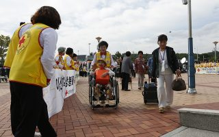 epa06959304 South Koreans arrive at the Inter-Korean Transit Office during a trip to North Korea, for a reunion event for families separated by the Korean War, in Goseung, Gangwon-do, South Korea, 20 August 2018. Over 80 South Koreans make up the first group of people that will meet with their North Korean relatives in North Korea for three days, from 20 to 22 August. A second group will visit from 24 to 26 August.  EPA/JEON HEON-KYUN