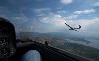 Εν πτήσει: το τοπίο από ψηλά μοιάζει εντυπωσιακό. Στο βάθος, η λίμνη Βεγορίτιδα. Φωτογραφίες: Αλέξανδρος Αβραμίδης