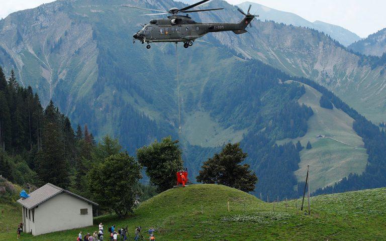 Ελβετία: Με σούπερ πούμα μεταφέρουν νερό σε χιλιάδες διψασμένες αγελάδες (φωτο)