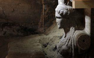 Δύο εξαιρετικής τέχνης καρυάτιδες , από θασίτικο μάρμαρο  συμφυείς με πεσσό, διατομής 0,20Χ0,60 μ. αποκαλύφθηκαν με την αφαίρεση των αμμωδών χωμάτων, στο χώρο μπροστά από τον δεύτερο διαφραγματικό τοίχο, κάτω από το μαρμάρινο επιστύλιο, ανάμεσα στις, επίσης, μαρμάρινες παραστάδες. Μπροστά από τις καρυάτιδες, και από το ύψος της μέσης τους και κάτω, αποκαλύπτεται  τοίχος σφράγισης από πωρόλιθους σε όλο το πλάτος των 4,5μ. Η αποκάλυψη έγινε  κατά τις ανασκαφικές εργασίες που συνεχίζονται στον λόφο «Καστά», στην Αμφίπολη, από την  ΚΗ Εφορεία Προϊστορικών  και Κλασσικών Αρχαιοτήτων.(EUROKINISSI/ΥΠ. ΠΟΛΙΤΙΣΜΟΥ)