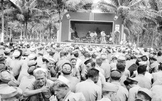 Αμερικανοί και Αυστραλοί ναύτες σε μία στιγμή αναψυχής μακριά από τα πολεμικά μέτωπα, τρώνε το παγωτό τους ή πίνουν τη μπύρα τους, ακούγοντας τις μελωδίες μία μουσικής μπάντας, σε κάποιο νησί του νότιου Ειρηνικού, το 1943. (AP Photo/Frank Filan)