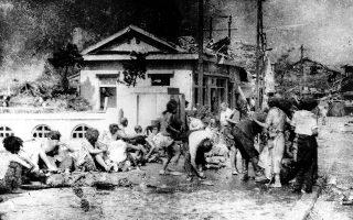 Λίγες μόλις ώρες μετά τη ρίψη της πρώτης ατομικής βόμβας στην πόλη της Χιροσίμα από το αμερικανικό βομβαρδιστικό «Enola Gay», η οποία σκότωσε στιγμιαία πολλές δεκάδες χιλιάδες Ιάπωνες πολίτες και στρατιώτες και κατέστρεψε ολοσχερώς το μεγαλύτερο μέρος της πόλης, επιζήσαντες του τρομακτικού αυτού χτυπήματος περιμένουν να λάβουν τις πρώτες βοήθειες, στο νότιο τμήμα του αστικού κέντρου, το 1945.(AP Photo)