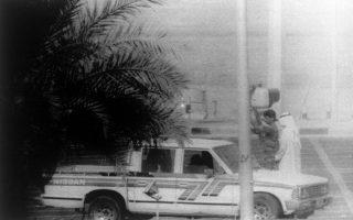 Ένας Ιρακινός στρατιώτης πραγματοποιεί έλεγχο σε έναν πολίτη του Κουβέιτ και το αυτοκίνητο του, την ημέρα της εισβολής του Ιράκ στη χώρα, η οποία πυροδότησε την έναρξη του Πόλεμου του Κόλπου, το 1990. (AP Photo/ Stephanie McGehee)