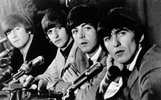 Τα «Σκαθάρια», Τζόν Λένον, Ρίνγκο Στάρ, Πολ Μακάρτνεϊ και Τζορτζ Χάρισον, βρίσκονται «αντιμέτωπα» με τον Τύπο στο ξενοδοχείο Delmonico's, στη Νέα Υόρκη, την επομένη της άφιξης τους στην αμερικανική μητρόπολη, το 1964. Το δημοφιλές συγκρότημα από το Λίβερπουλ επέστρεψε στις Ηνωμένες Πολιτείες για την πρώτη του αμερικανική περιοδεία, σχεδόν επτά μήνες μετά την πρώτη του επίσκεψη στις ΗΠΑ και τις πρώτες συναυλίες του επί αμερικανικού εδάφους. (AP Photo)