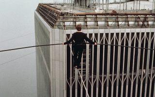 Ο θρυλικός Γάλλος ακροβάτης Φιλίπ Πετί πραγματοποιεί ένα από τα πιο επικίνδυνα και εντυπωσιακά ακροβατικά νούμερα της ιστορίας, διασχίζοντας με άνεση την απόσταση που χώριζε του δίδυμους πύργους του Παγκοσμίου Κέντρου Εμπορίου, περπατώντας πάνω σε ένα τεντωμένο σύρμα, στο Μανχάταν, στη Νέα Υόρκη, το 1974. «Μετά από μερικά βήματα συνειδητοποίησα ότι το σύρμα δεν ήταν καλά τεντωμένο», είχε δηλώσει χαρακτηριστικά ο ίδιος, διευκρινίζοντας, ωστόσο, ότι αμέσως σκέφτηκε ότι είναι «όσο ασφαλές χρειάζεται». (AP Photo)