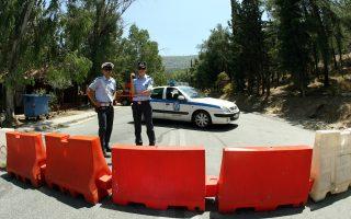 Αστυνομικοί δεν επιτρέπουν την πρόσβαση προς το περιαστικό δάσος της Καισαριανής σε ημέρα υψηλού κινδύνου για πυρκαγιά.