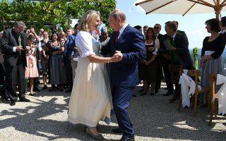 Το βαλς του προέδρου Πούτιν με την υπουργό Εξωτερικών της Αυστρίας.