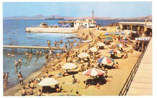 Παλαιό Φάληρο: το κέντρο «Μπάτης» με την πλαζ και τις καμπίνες, 1963. (Φωτογραφία: © Η Αθήνα μέσα από καρτ ποστάλ του παρελθόντος, Εκδόσεις Ι. Σιδέρης)