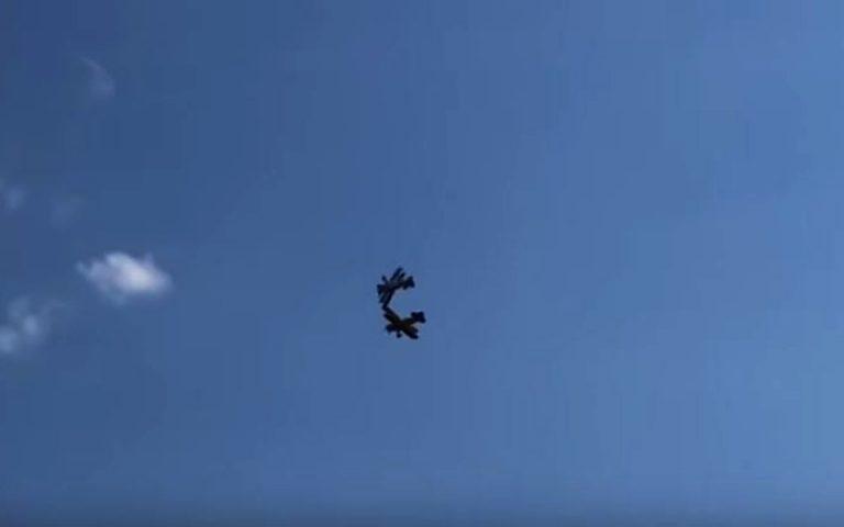 Η δραματική στιγμή της σύγκρουσης δύο αεροσκαφών στον αέρα – Νεκρός ο ένας πιλότος (βίντεο)
