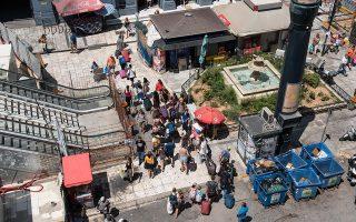 Αυτό είναι το «πέρασμα» χιλιάδων ξένων επισκεπτών από και προς το λιμάνι του Πειραιά, έξω από τον σταθμό του Ηλεκτρικού στην πλατεία Οδησσού. Η πεζογέφυρα με τις κυλιόμενες σκάλες κλειστή και ο... Θεός βοηθός. Φωτογραφίες: Βαγγέλης Ζαβός