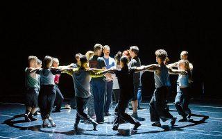 Δεκαοκτώ Έλληνες χορευτές κάνουν πρόβα στην αίθουσα «Αλεξάνδρα Τριάντη» του Μεγάρου, για το «The thread». Φωτογραφίες: Βαγγέλης Ζαβός