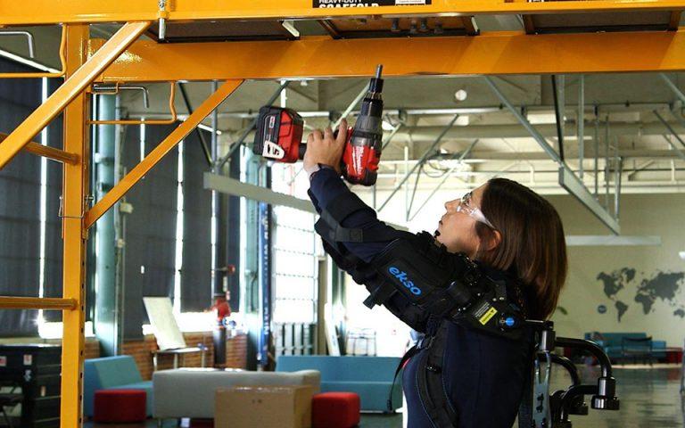 Η Ford εφοδιάζει με μηχανικούς εξωσκελετούς 75 εργάτες σε 15 εργοστάσιά της