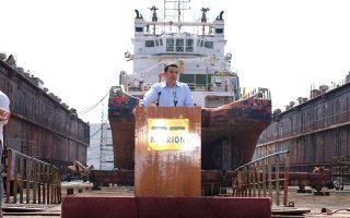 Μετά την Ιθάκη η Σύρος. Στην πρωτεύουσα των Κυκλάδων βρέθηκε την Παρασκευή ο πρωθυπουργός Αλέξης Τσίπρας, που επέλεξε μάλιστα να μιλήσει στους εργαζομένους των Ναυπηγείων του Νεωρίου – μια κίνηση με προφανή επικοινωνιακή στόχευση.