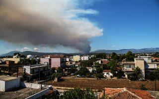 Καπνοί από την πυρκαγιά που ξέσπασε στο Κοντοδεσπότι στο Δήμο Διρφύων – Μεσσαπίων Εύβοιας, σε πυκνή δασική έκταση σε δύσβατο σημείο, την Κυριακή 12 Αυγούστου 2018. Εκκενώνονται προληπτικά τα χωριά Κοντοδεσπότι και Σταυρός. Σύμφωνα με την Πυροσβεστική, για την κατάσβεση επιχειρούν 50 πυροσβέστες με 21 οχήματα, 40 άτομα πεζοπόρο τμήμα ενώ ρίψεις νερού κάνουν, 4 ελικόπτερα, 4 Καναντέρ και δύο Πετζετέλ. ΑΠΕ ΜΠΕ/ΑΠΕ ΜΠΕ/ΒΑΣΙΛΗΣ ΑΣΒΕΣΤΟΠΟΥΛΟΣ