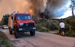 Όχημα της πυροσβεστικής σε δρόμο περνάει δίπλα από τις φλόγες και τους καπνούς στην πυρκαγιά που ξέσπασε στο Κοντοδεσπότι στο Δήμο Διρφύων – Μεσσαπίων Εύβοιας, κοντά στα Ψαχνά σε πυκνή δασική έκταση σε δύσβατο σημείο, την Κυριακή 12 Αυγούστου 2018. Εκκενώθηκαν προληπτικά τα χωριά Κοντοδεσπότι και Σταυρός. Έκλεισε προληπτικά για λόγους ασφαλείας η κυκλοφορία στο δρόμο από τη Χαλκίδα προς τη Βόρεια Εύβοια, καθώς σύμφωνα με την Αστυνομική Διεύθυνση Εύβοιας η φωτιά πλησιάζει προς τον επαρχιακό δρόμο ο οποίος έχει καλυφθεί με πολλούς καπνούς. Σύμφωνα με την Πυροσβεστική, για την κατάσβεση επιχειρούν 62 πυροσβέστες με 28 οχήματα, 4 αεροσκάφη, 4 ελικόπτερα και 2 Πετζετέλ (Pezetel). ΑΠΕ ΜΠΕ/ΑΠΕ ΜΠΕ/ΒΑΣΙΛΗΣ ΑΣΒΕΣΤΟΠΟΥΛΟΣ