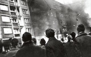 16.12.1970. Καπνός βγαίνει από την έδρα της αστυνομίας στο Στετίν. Οι ταραχές στην Πολωνία ξεκίνησαν από τα ναυπηγεία του Γκντανσκ.