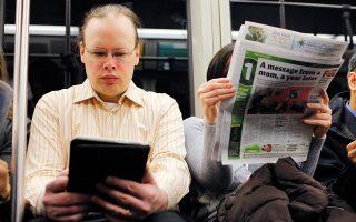 Συσκευές τάμπλετ, έξυπνα κινητά και λάπτοπ έχουν κατακτήσει τους συρμούς του μετρό.