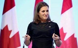 «Το γεγονός ότι οι ΗΠΑ έχουν συμφωνήσει με το Μεξικό ανοίγει τον δρόμο για να συζητήσουμε τα θέματα που εκκρεμούν με την Ουάσιγκτον», δήλωσε η Κρίστια Φρίλαντ, υπουργός Εξωτερικών του Καναδά.