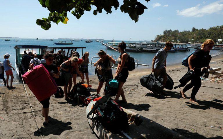 Ινδονησία: Σε εξέλιξη επιχείρηση απομάκρυνσης περίπου 900 τουριστών