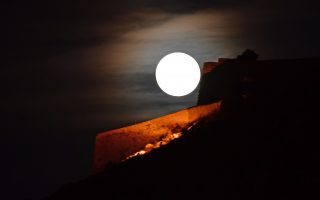 Ολόγιομο το φεγγάρι ανατέλλει πάνω από το κάστρο Παλαμήδη του Ναυπλίου, Τρίτη 29 Μαΐου 2018. ΑΠΕ-ΜΠΕ/ΑΠΕ-ΜΠΕ/ΜΠΟΥΓΙΩΤΗΣ ΕΥΑΓΓΕΛΟΣ