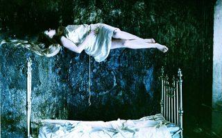 Η μητέρα που αιωρείται στην ονειρική σεκάνς του «Καθρέφτη» του Αντρέι Ταρκόφσκι.