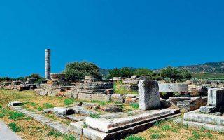 Αποψη του αρχαιολογικού χώρου του Ηραίου της Σάμου. Στο βάθος διακρίνεται ο μοναδικός σωζόμενος κίονας του μεγάλου ναού του Πολυκράτη.