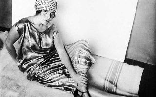 Η Λίλι Μπρικ, σύντροφος του Βλαντιμίρ Μαγιακόφσκι, ποζάρει στον Αλεξάντρ Ρότσενκο τη δεκαετία του '20, φορώντας μαντίλι σε σχέδιο της Λιουμπόβ Ποπόβα.