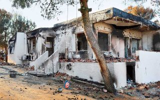 «Δεν έχουμε δει κανένα συνεργείο αποκατάστασης ακόμα», λένε κάτοικοι της περιοχής που κάηκαν τα σπίτια τους. «Είναι σαν να σταμάτησε ο χρόνος».