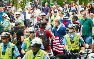 Η διαδήλωση των εθνικιστών στην Ουάσιγκτον, στις 12 Αυγούστου, ένα χρόνο μετά τα γεγονότα στο Σάρλοτσβιλ, ήταν ισχνότατη. Αυτό, όμως, δεν δείχνει ότι την εποχή του Τραμπ η Ακροδεξιά υποχωρεί ...